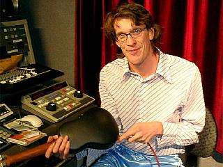 Jason Tagg pluggar in sin ukulele vid studions kontrollbord