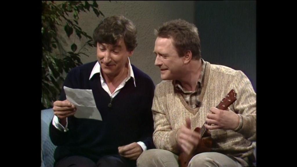 """Brasse Brändström med ukulele tillsammans med Magnus Härenstam i TV-programmet """"Gäst hos Hagge"""" 1983."""