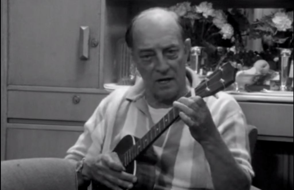 "Buster Keaton spelar baritonukulele i dokumentären ""BUster Keaton Rides Again""."
