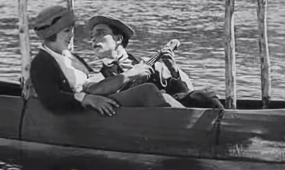 Buster Keaton spelar ukulele i filmen the Baloonatic från 1923
