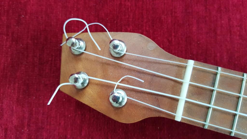 Närbild på ukulelens sneda huvud.