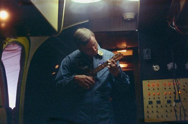 Niel Armstrong - ukulelespelare och austronat. Först på månen.