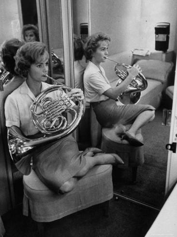 Debbie spelar valthorn