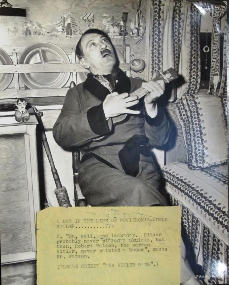 """Spelade Hitler ukulele? Den här bilden som faktiskt är tagen 1944 antyder det. Men det handlar om en publicitetsbild för den amerikanska filmen """"The Hitler Gang""""."""